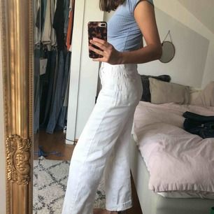 Snygga vita jeans från vero Moda i Waist 25. Sällan använda men i begagnat men bra skick! Säljes då jag slutat använda dem!