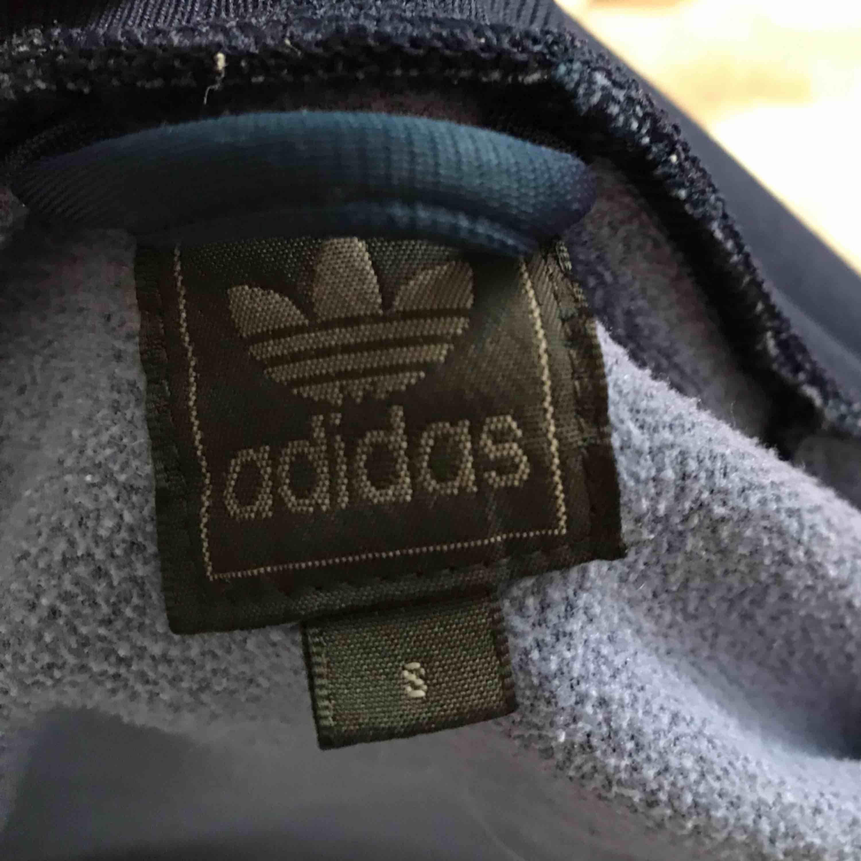Snygg zippertröja från adidas. Köparen står för frakten❤️. Huvtröjor & Träningströjor.