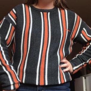 Säljer denna randiga stickade tröjan från urban outfitters! Den är helt ny och aldrig använd. 🧡❤🧡❤