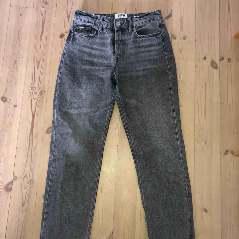 Gråtvättade jeans ifrån zara i storlek 36. I jättebra skick! De är i en lite kortare modell så de slutar högre upp än normalt. Säljer för att de är för små för mig:( frakt tillkommer.. Jeans & Byxor.