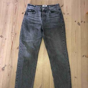 Gråtvättade jeans ifrån zara i storlek 36. I jättebra skick! De är i en lite kortare modell så de slutar högre upp än normalt. Säljer för att de är för små för mig:( frakt tillkommer.