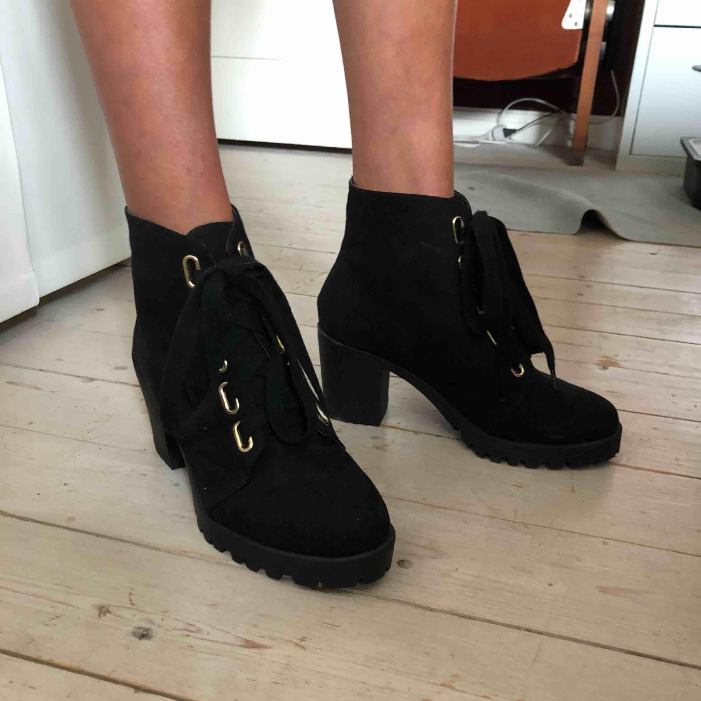 Ett par sjukt snygga, helt oanvända skor från märket London Rebel. Storlek 38 Köpta på asos. Frakt tillkommer   . Skor.