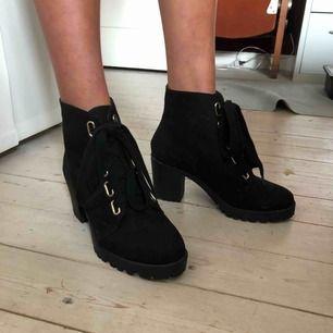 Ett par sjukt snygga, helt oanvända skor från märket London Rebel. Storlek 38 Köpta på asos. Frakt tillkommer   Köp två plagg och få den billigaste till halva priset!