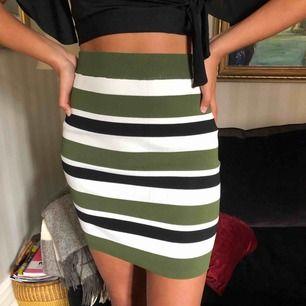Oanvänd! Sjukt snygg kjol från Vila i storlek S. Kan både kläs upp och ner