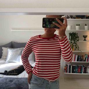 Randig röd långärmad tröja från monki. Passar även mig med S.