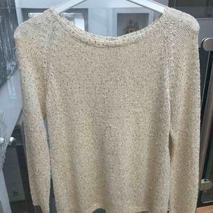 Skitfin lite glittrig tröja från Zara i storlek M. I väldigt bra skick. Frakt tillkommer