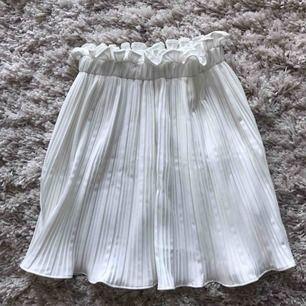 Skitfin vit kjol aldrig använd från Gina tricot i storlek 36. Frakt tillkommer