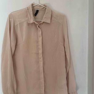 Beige skjorta i silke-liknade tyg