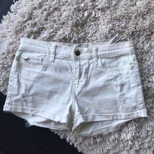 Vita shorts från hollister i storlek w 24 men skulle säga att dem passar 36, mycket bra skick. Frakt tillkommer