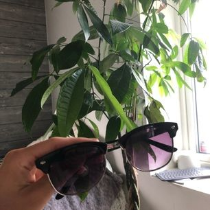 Snygga svarta solglasögon. Kan mötas upp i Borås eller fraktas💜