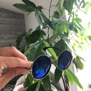 Coola runda solglasögon köpta i Asien. Glaset är blått💙💙💙