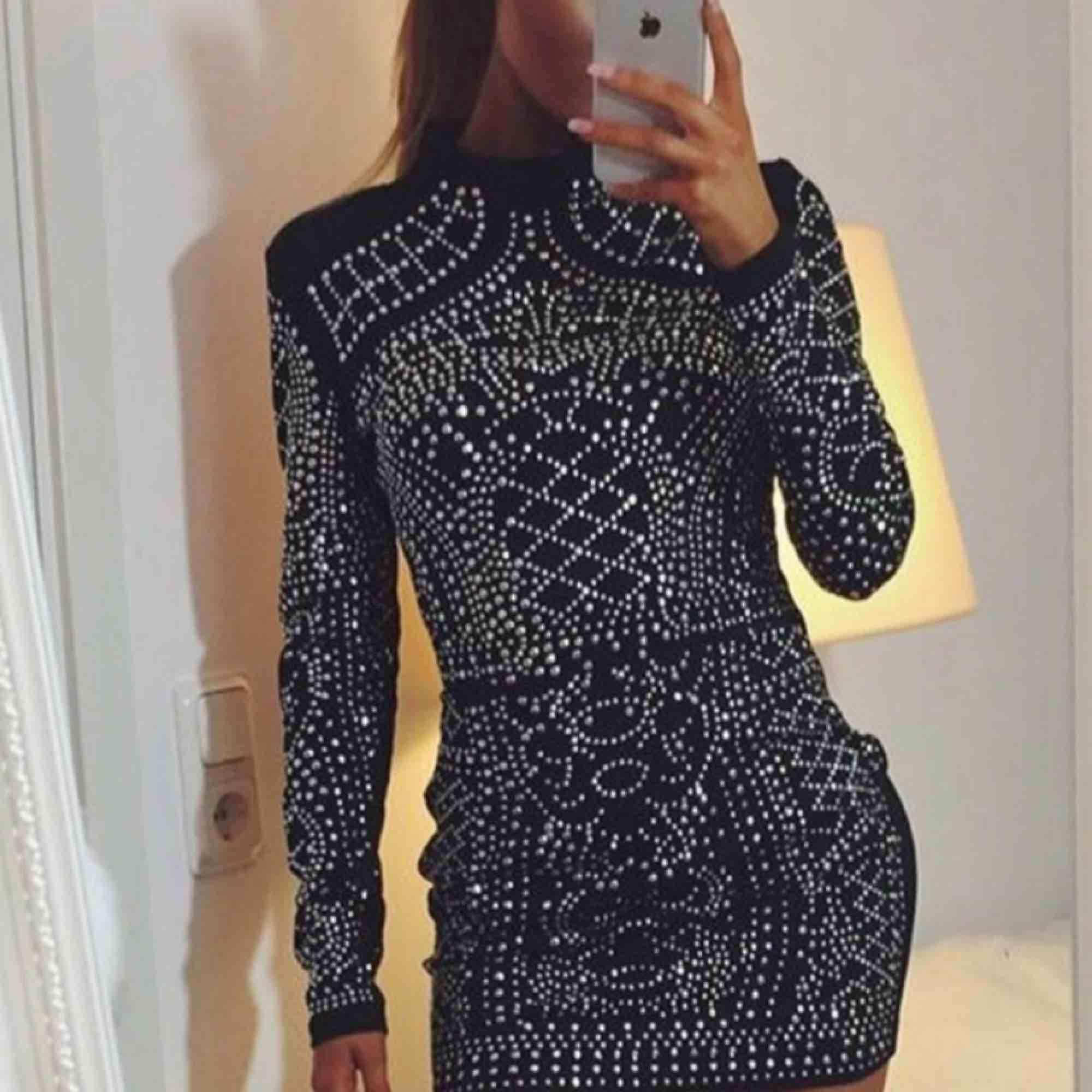 Svart klänning med paljetter/stenar. Jättefin klänning. Frakt inräknat . Klänningar.