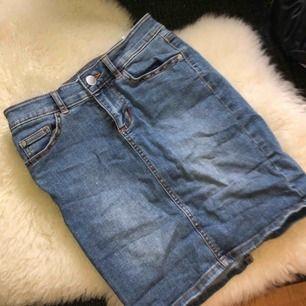 Fin jeans kjol med en slits där bak. Strl XS.