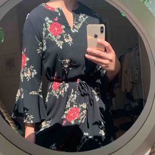 Blommig klänning från Sisters Point. Tjockare material. Aldrig använd