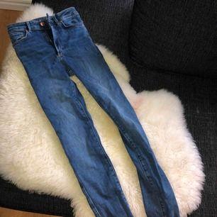 Blåa högmidjade jeans från bikbok strl XS. Aldrig använda.