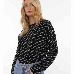 Jag söker en sån här tröja, antingen med Classik eller zara text. Hör av om ni kan sälja en sån, köper själva tröjan för max 150kr💕