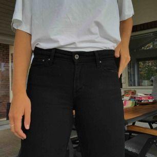 Sköna svarta Levi's jeans. Relativt låg midja, lite flared. Viss slitning vid insida lår annars hela och fina.