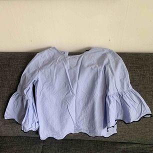 Blå vit randig blus, men puffiga armar. Frakt inräknat