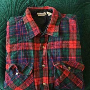 supervarm och skön flanellskjorta! används dock för lite. hittar ingen storlek men stor så säkert L