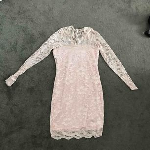 Super fin klänning från bubbleroom. Använd en gång och säljer pga kommer aldrig till användning