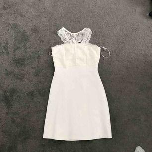 Fin vit klänning, använd en gång och säljer pga använder aldrig