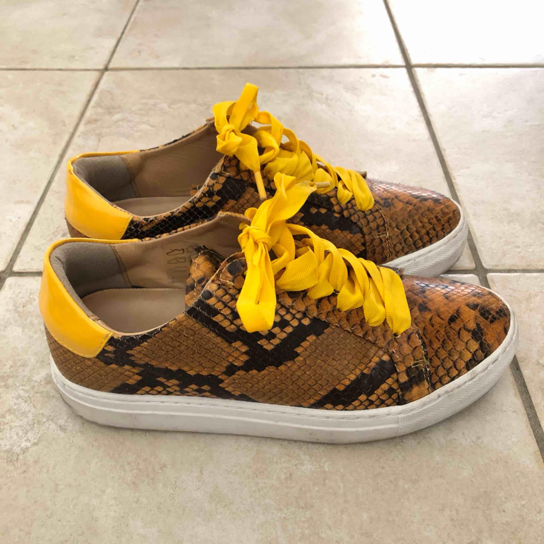 Svin snygg skor från Rizzo, köpta för 1499kr på NK. Endast använda ett fåtal gånger. OBS ‼️Priset inkluderar frakt . Skor.