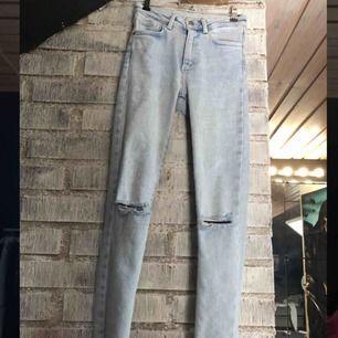 Skitsnygga ljusblå jeans från Bikbok. Hål i knäna, slitna detaljer längst ner vid fötterna, sitter perfekt. Säljer pga att de aldrig kommer till användning. Nypris 599kr.