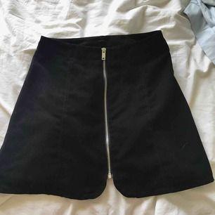 Stilren kjol från hm som jag har använt ganska mycket förr men har nu blivit för liten för mig, väldigt fint skick trotts användningen. Säljer för 60 kr inkl frakt!!!