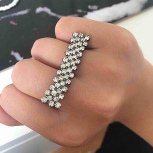 Två ringar som sitter ihop, Aldrig använd och i superbra skick! frakt ingår i pris tar swish
