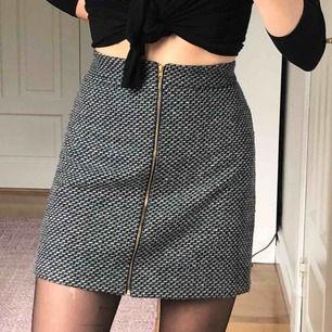 Kjol som jag köpte på någon secondhand. Väldigt bekväm längd. Säljer då den inte kommit till användning.
