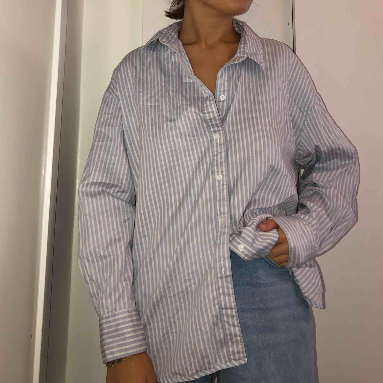 Oversized skjorta från H&M. Jag bär vanligtvis en S för jämförelse!. Skjortor.