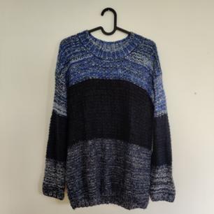 Stickad blockfärgad tröja i fint skick. Kan hämtas i centrala Uppsala eller fraktas inom Sverige. Vid frakt står köparen för fraktkostnaden. Betalning kan ske via Swish!