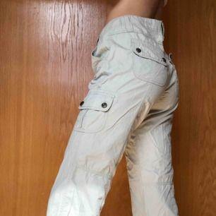 Beige byxor i storlek 38  Jag är 175 cm och de är tillräckligt långa  Byxorna går att bära både högt och lågt, vilket ger olika stilar (se bilder)