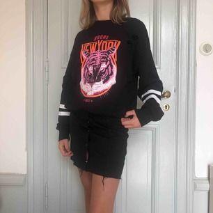 Jag säljer min oversized tröja från Gina Tricot. Väldigt skön och är i bra skick. Tröjan har från grunden några hål som visas på sista bilden 💗 Min kompis på bilden matchar tröjan till en kjol, men går även att ha till mycket annat!