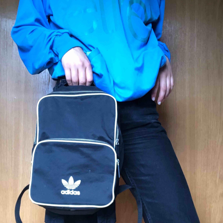 En svart Adidas Classic väska (small)  Superfint skick. Använd fåtal gånger . Väskor.