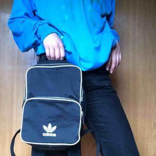 En svart Adidas Classic väska (small)  Superfint skick. Använd fåtal gånger