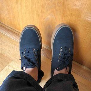 Svarta Vans i storlek 46  Det är min pappas skor (ville va model ändå) som han fick skoskav av, därför säljer jag. Använd kanske 2 gånger under korta perioder
