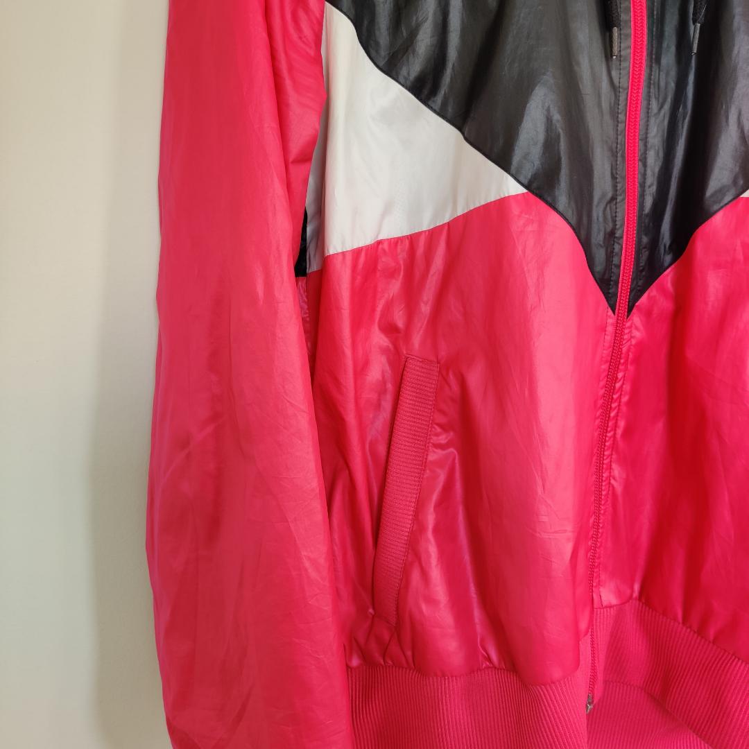 Vindjacka från Adidas med luva. I väldigt bra skick. På bilden ser färgen lite rosa/röd ut men i verkligheten är den knallrosa. Kan hämtas i centrala Uppsala eller fraktas inom Sverige. Vid frakt står köparen för fraktkostnaden. Betalning kan ske via Swish!. Jackor.