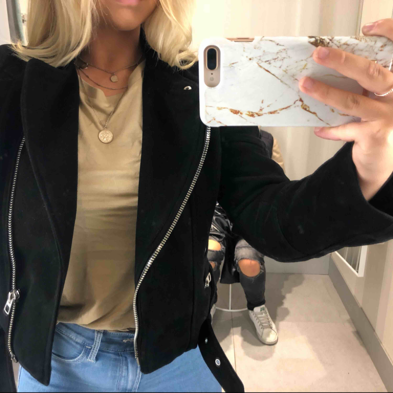 Svart mockajacka från Zara i storlek M. Frakten ingående priset :) . Jackor.