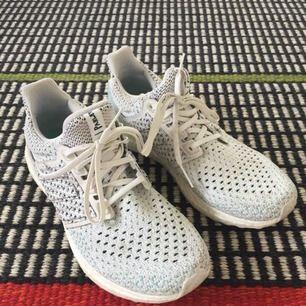 Superfräscha adidas boost limited edition Parley 🏃♀️ löparskor/street sneakers. Använt dem max 3 ggr, insåg sedan att de tyvärr är för stora för mig. Nypris ca 1400kr🌻Köparen står för frakten (kan också hämtas upp i Östersund)🌻Betalas med Swish
