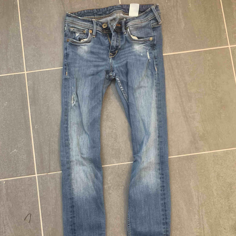 30kr st + frakt  Dom vita är helt oanvända,dom andra två använda ett par gånger.. Jeans & Byxor.