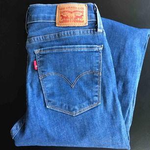 Mörkblåa, tajta jeans från Levi's. Super bekväma och endast använda ett fåtal gånger.