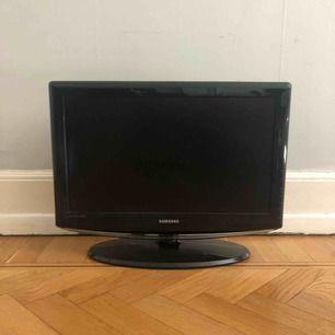 SAMSUNG TV 23tum. 44.5cm hög, 58.6cm bred. Tillgång till 3st HDMI kopplingar. Ingår fjärrkontroll. Sladdar saknas