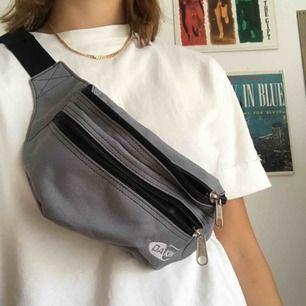 Säljer denna gråa magväska/funnypack! Använd en gång. Kan mötas upp i Lund, annars står köparen för frakten