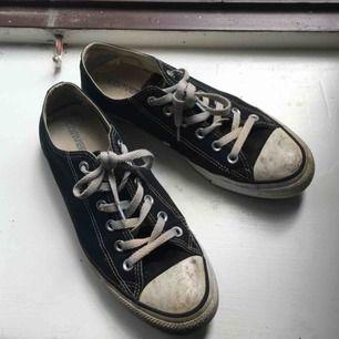 Äkta Converse. Låga svarta. Slitna därav priset. Väldigt fina även om de är slitna och smutsiga!🌼