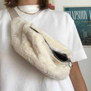 Säljer min fluffiga magväska i vitt. Köpte den i Aten i nån grekisk affär. Använd ett fåtal gånger men i fint skick. Kan mötas upp i Lund, annars står säljaren för frakten.