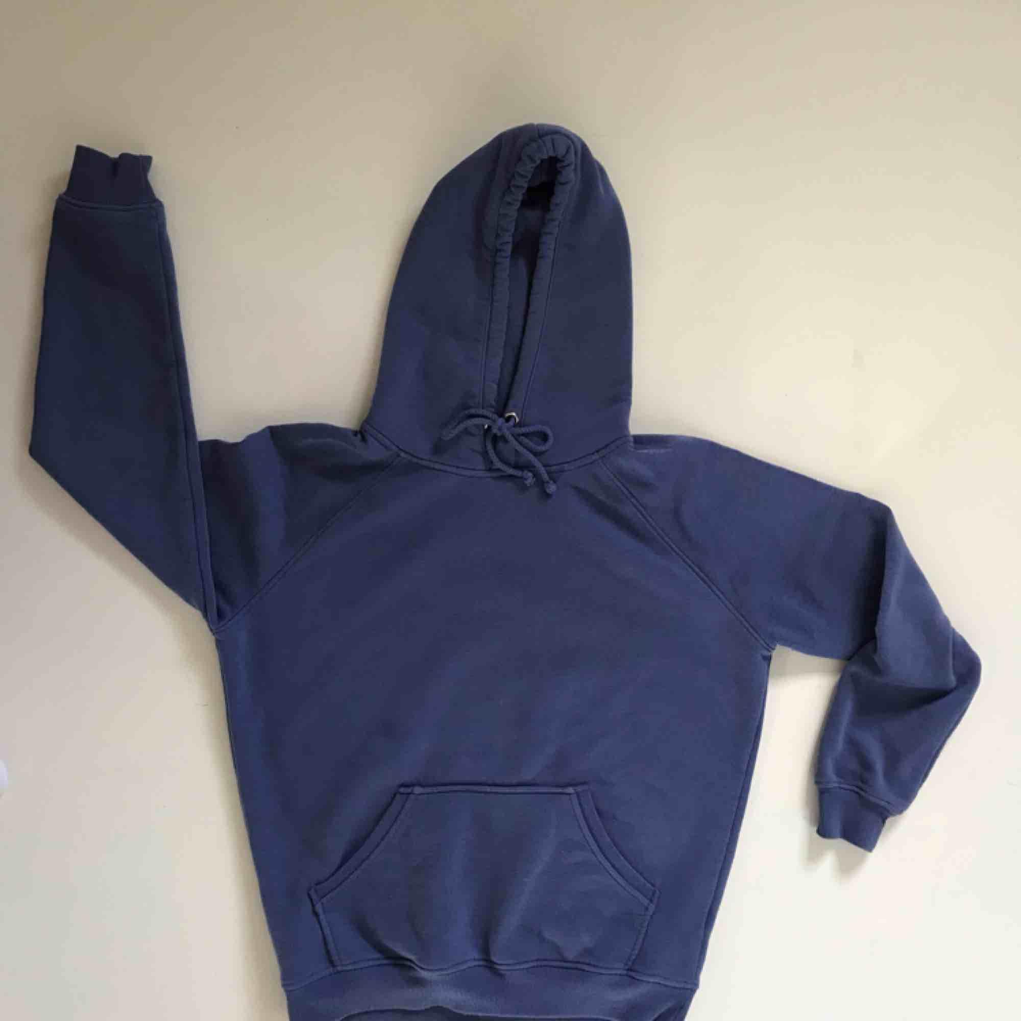Blå/lila hoodie från Bik Bok. Sparsamt använd. Jätteskönt material, som nyskick. Köparen står för frakten 💜. Huvtröjor & Träningströjor.