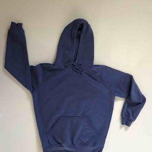 Blå/lila hoodie från Bik Bok. Sparsamt använd. Jätteskönt material, som nyskick. Köparen står för frakten 💜