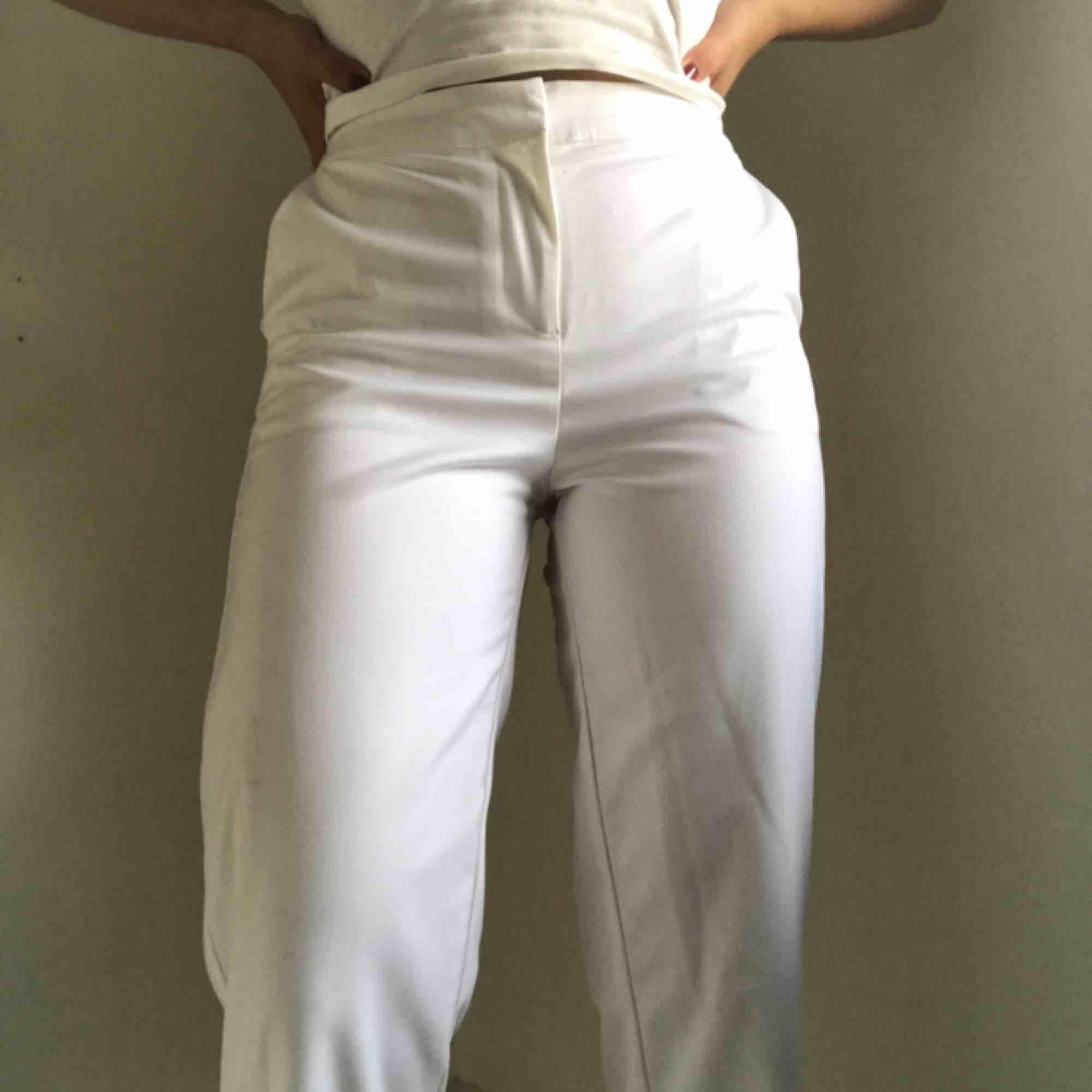 Vita kostymbyxor från Y.A.S. Använda endast en gång. Köparen står för frakt🧡. Jeans & Byxor.