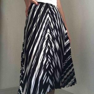 Vit och svart plisserad kjol från H&M. Använd ett par enstaka gånger, fint skick. Köparen står för frakten💛